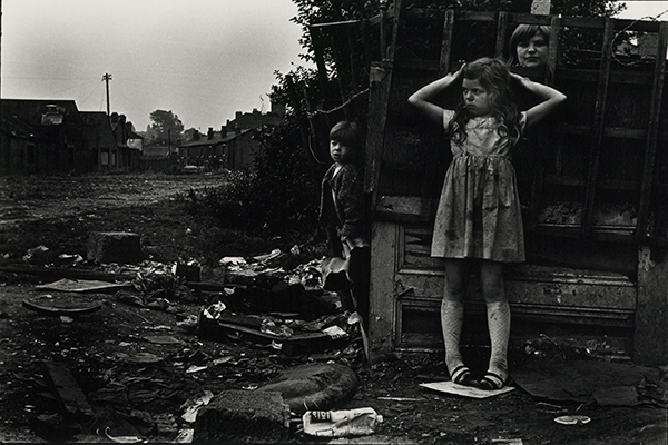 Janet Mendelsohn The street c.1968. Black and white photographic print Courtesy Cadbury Research Library Special Collections University of Birmingham
