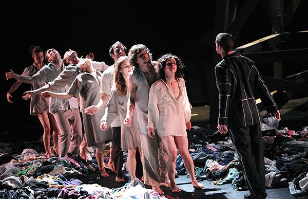 A scene from 7734 by Jasmin Vardimon @ Laban World premiere @ Brighton Dome 23-09-10 (Opening 23-09-10) ©Tristram Kenton 07/10 (3 Raveley Street, LONDON NW5 2HX TEL 0207 267 5550 Mob 07973 617 355)email: tristram@tristramkenton.com