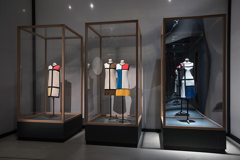 3 mannequins sport 3 dresses inspired by Mondrian